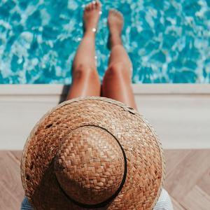 Doux dimanche les pieds dans l'eau. 💦 Qu'est-ce que vous faites de beau en ce dimanche de vacances ? --- 🇬🇧 Sweet sunday with foot in the water. 💦 What are you doing during that beautiful holiday's sunday ?