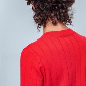 Une journée pluvieuse ne peut rien contre une tenue radieuse. Choisissez notre pull Ronette pour combattre la grisaille de la saison !  --- 🇬🇧 A rainy day cannot do anything against a radient outfit.  Pick our Ronette sweater to fight the season's dullness !