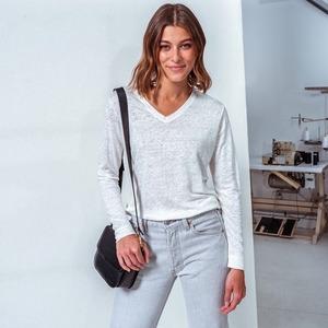 On a toutes besoin d'un T-shirt blanc dans nos dressings...  Nous, on a choisi le nôtre. N'attendez plus pour shopper le vôtre !  --- 🇬🇧 We all need a white T-Shirt in our closets... We've already chosen ours. Do not wait to get yours !