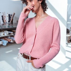 Une couleur aussi douce que sa matière ?  Notre gilet Rémi va vous faire voir la vie en rose. 💕 Faites-vous plaisir sur Zyga.fr. Vous le méritez !  --- 🇬🇧 A color as soft as its fabric ?  Our Rémi cardigan will make you see life in pink. 💕 Treat yourself on Zyga.fr . You deserve it !